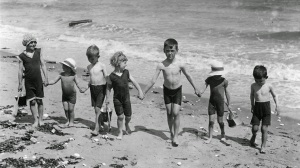 Daily Life on the Beach from the 1920s (34)