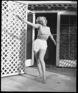 Black & White Portraits of Marilyn Monroe at Home in 1953 (1)