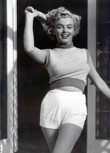 Black & White Portraits of Marilyn Monroe at Home in 1953 (3)