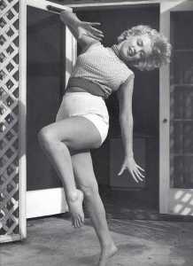 Black & White Portraits of Marilyn Monroe at Home in 1953 (5)