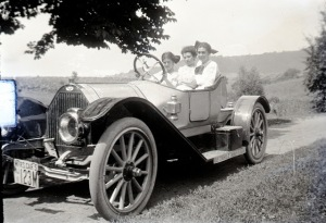 Three girls in a car - DeTamble, ca. 1910s