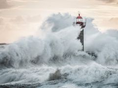 waves-lighthouse-portugal_92126_990x742