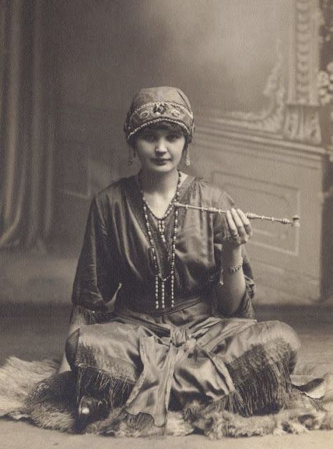 Women with Pipes in the Past (13)