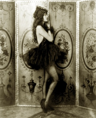 Dolores_Costello_Ziegfeld_girl_by_Alfred_Cheney_Johnston_ca._1923