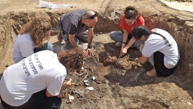 Unearthing the discovery: A statue from 3800 years ago atop a pot, found in Yehud