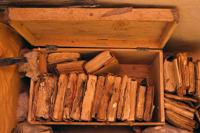 xavier rossi@gamma Mal 00042003 Boujbéha le chemin de l'encre Vieille caisse ou sont entreposés les manuscrits dans la bibliothèque.